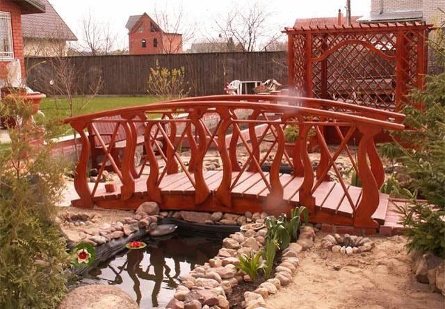 Деревянный мостик на даче