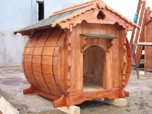 Декоративная будка для собаки из дерева